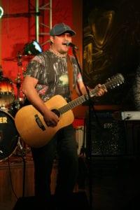 вокалист на сцене