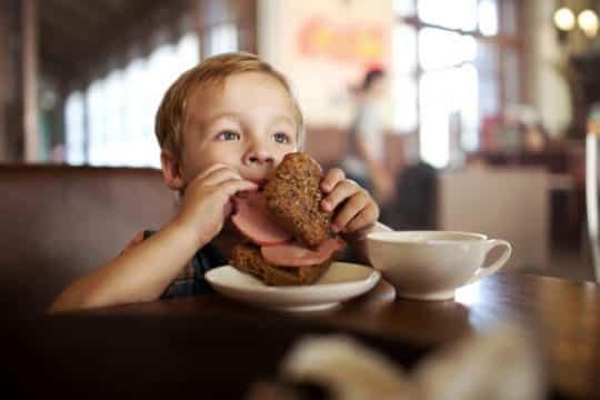 ребенок с бутербродом