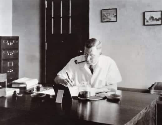 Фредерик в кабинете