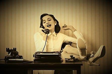 девушка и телефон