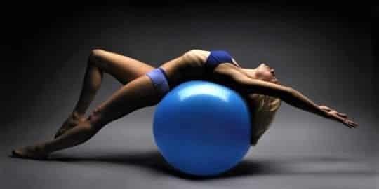 Занятия на фитболе для похудения: эффективно сгоняем жирок с боков