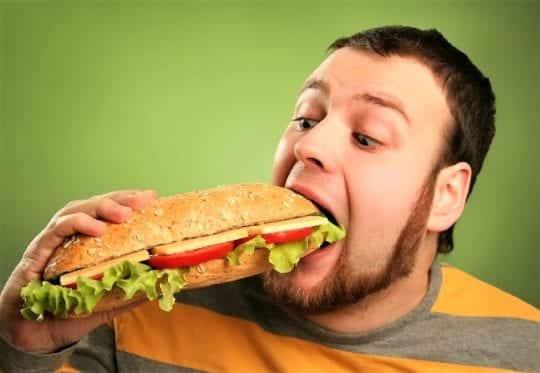 много ест