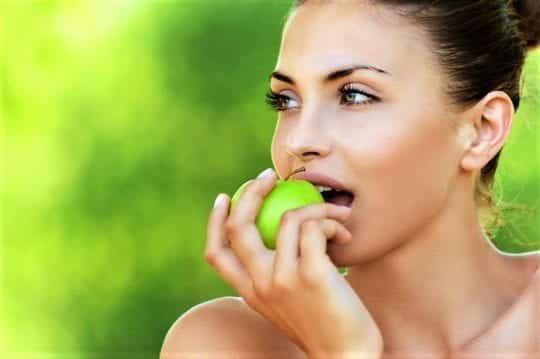 ест яблоко