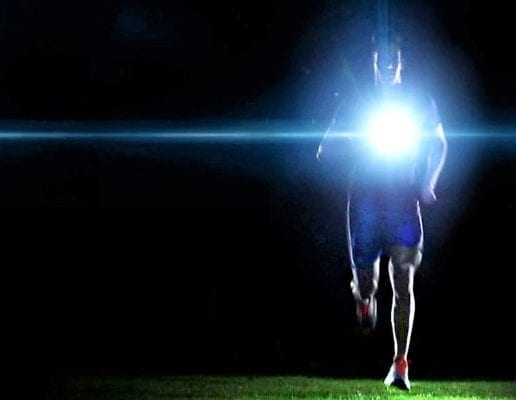бежит с фонариком