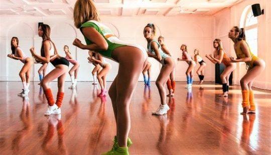 Аэробика для похудения дома: жиросжигание под музыку или как помогают танцы