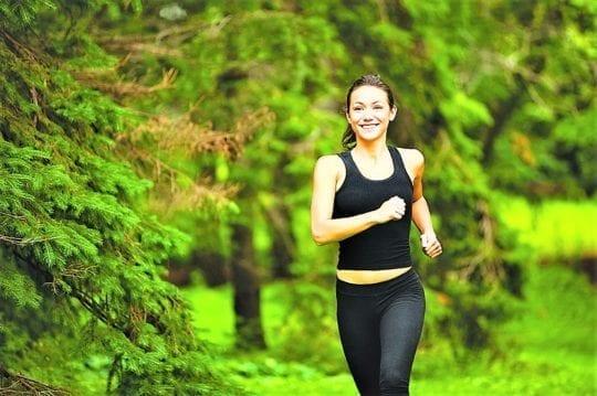 бег в лесу девушка