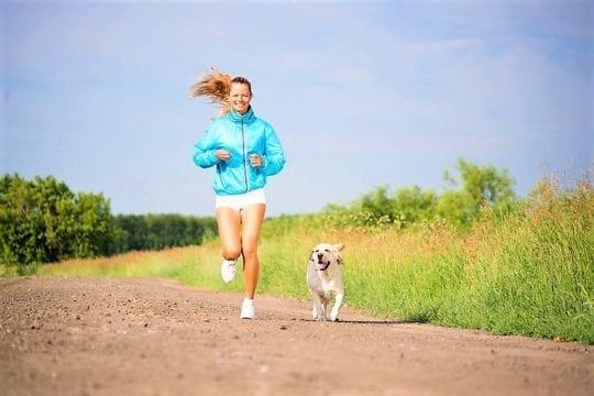 бежит с собакой девушка