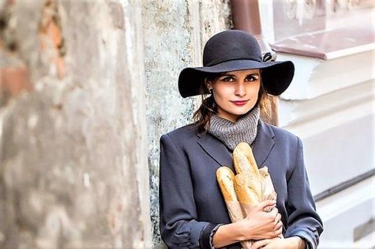 девушка с багетом хлеба