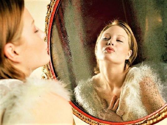 гримассы у зеркала