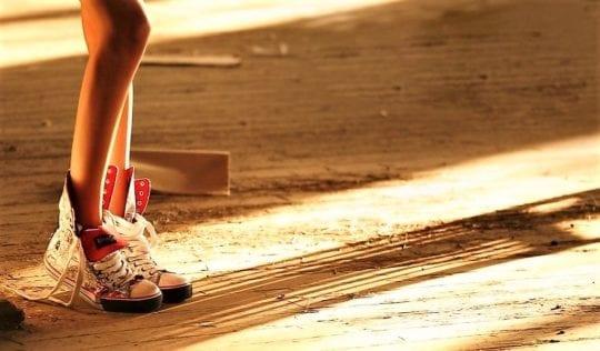кросовки на полу