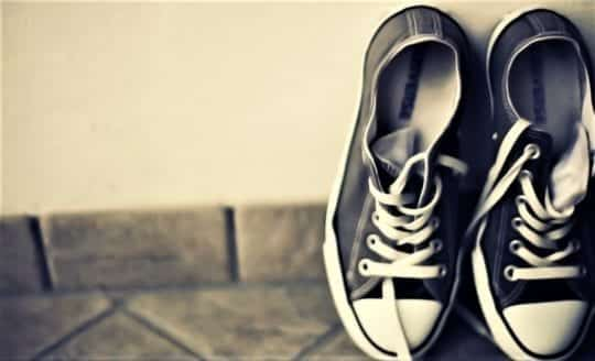 кроссовки на полу лежат