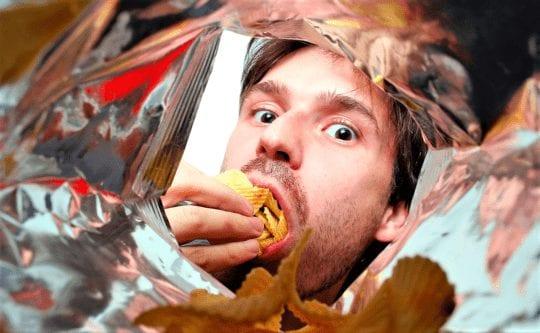 кушает чипсы