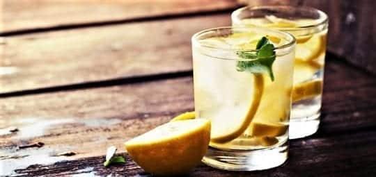 лимон в стакане