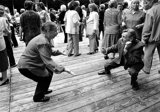 танцы на улице старики