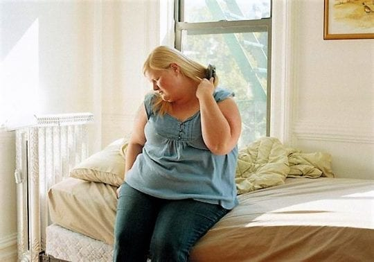 толстая девушка на кровате