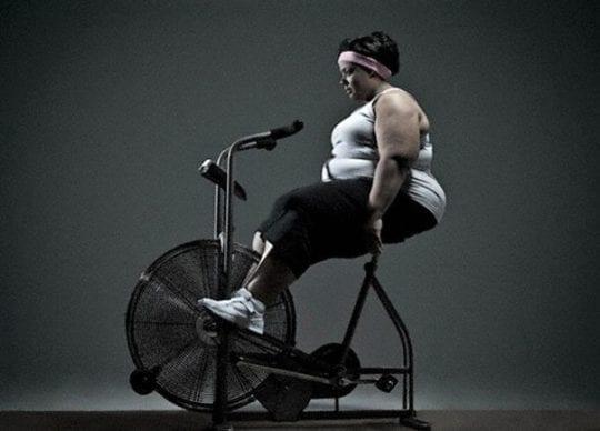 толстая на велотренажере