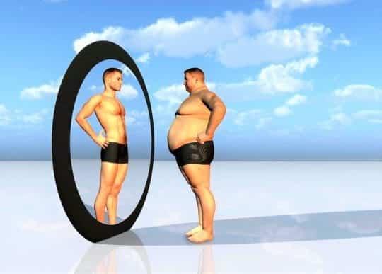 толстый в зеркале