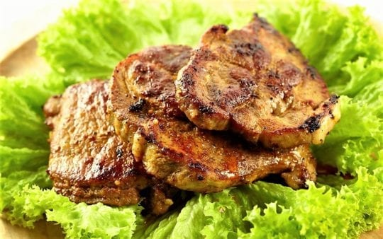 жареным мясом, листьями салата