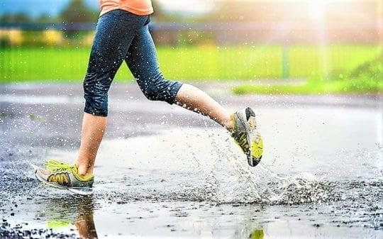 бежит под дождем