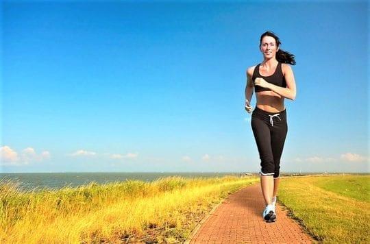 девушка бежит по берегу