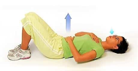 лежит на спине