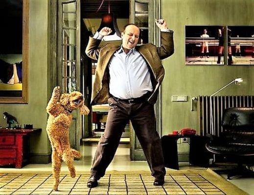 танцует дома мужик