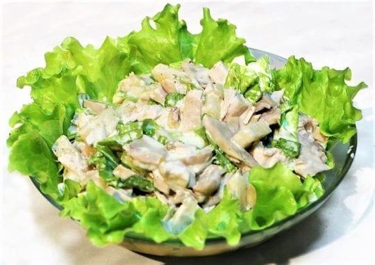 Салат из куриного филе и грибов