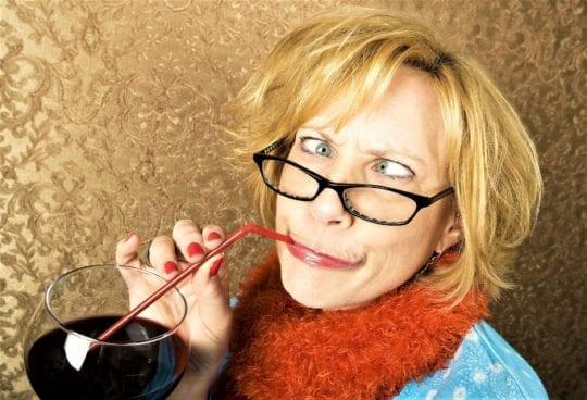 пьет вино соломинкой