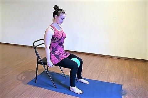 сидя на стуле, зажать между колен резиновый мячик
