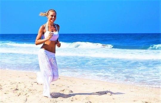бежит по пляжу