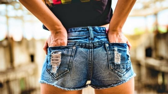 девушка в шортах