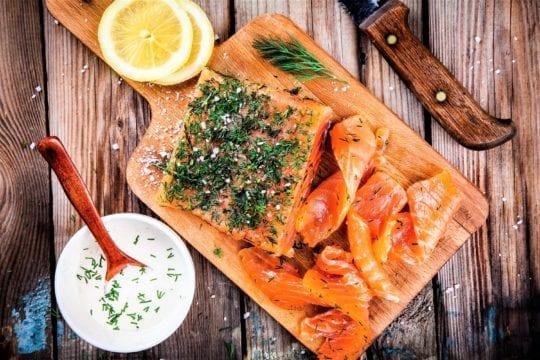 рыба и зелень на столе