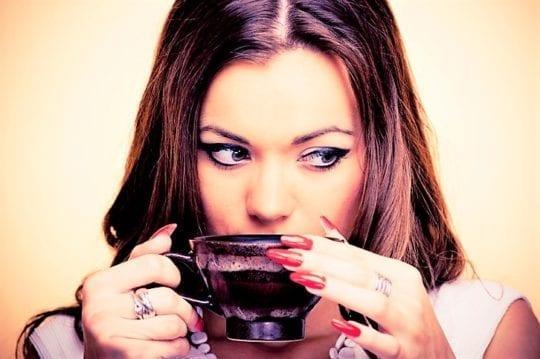девушка пьет бульон