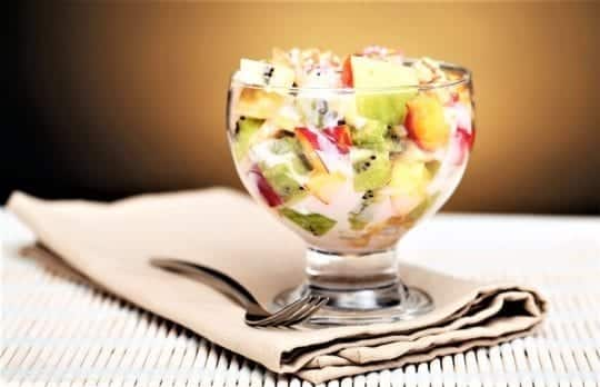 фруктовый салатик с йогуртом