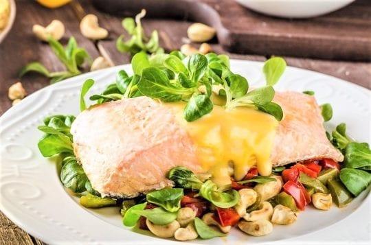 паровой рыбой с салатом